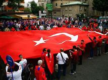 אוהדי טורקיה צובעים את רחובות פריז (getty)