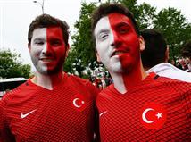 <STRONG>איסטנבול באמצע פריז: צפו בתהלוכה של אוהדי טורקיה</STRONG>