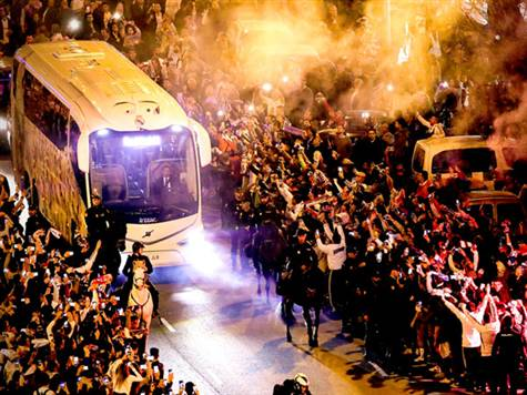 צפו בקבלת הפנים של אוהדי ריאל לאוטובוס השחקנים!