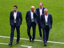 שחקני צרפת מריחים מקרוב את הדשא (Getty)