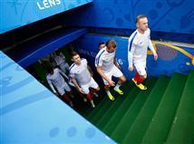 שחקני אנגליה עולים על כר הדשא. האם הם יחייכו בתום 90 דקות?