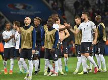 והיו גם אירועים ביזאריים במשחק: צ`אקה נאלץ להחליף חולצה פעמיים לאחר שנקרעה, כשאותו דבר קרה בשלב מוקדם יותר למחמדי, בעקבות משחק אגרסיבי של הטריקולור. בנוסף, אחד הכדורים התפוצץ לאחר מפגש בין גרייזמן לבהראמי. בשלב הבא, שווייץ תתמודד מול הנבחרת שתסיים במקום השני בבית 3, צרפת תמתין לאחת הנבחרות מבין הארבעה שיעפילו מהמקום השלישי עם המאזנים הטובים ביותר.