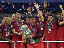 ביורו 2004, פורטוגל המארחת הגיעה לגמר מול יוון. הסלסאו המלהיבה והסקסית הייתה פייבוריטית ברורה מול היוונים, שעשו את דרכם עד לקרב על התואר עם משחק הגנתי וקשה לצפייה בשלבים המוקדמים. זה היה שווה לה גביע אירופה סנסציוני וראשון בתולדותיה. 12 שנים חלפו, מארחת היורו צרפת הגיעה לגמר מול פורטוגל, שעשתה את דרכה לקרב על התואר עם 3 תיקו בשלב הבתים, עם משחק הגנתי וקשה לצפייה. בסיום, הפורטוגלים זכו בתואר עם 0:1 בהארכה. הם עשו היסטוריה עם גביע סנסציוני שהגיע אחרי ניצחון אחד בלבד ב-90 דקות לאורך הטורניר.