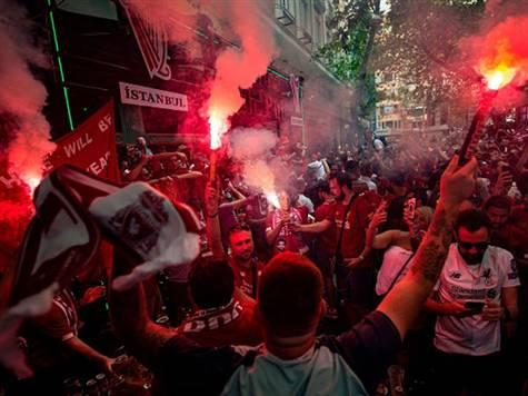 אוהדי ליברפול מכינים קבלת פנים באיסטנבול. צפו בטירוף