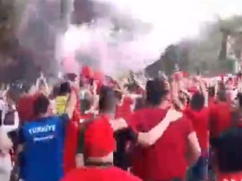 האוהדים הטורקים כבר מחממים את הגרונות מחוץ לאולימפיקו. <STRONG>צפו בווידאו >></STRONG>