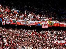 אוהדי פולין דוחפים את הנבחרת שלהם (gettyimages)