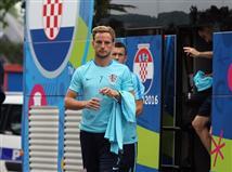 איוון ראקיטיץ` מוליך את שחקני קרואטיה לאצטדיון בפריז (getty)