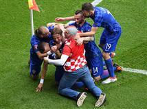 שימו לב: אחד מאוהדי קרואטיה פרץ לדשא בחגיגות השער של מודריץ` (getty)