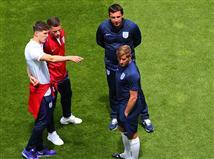 צוות נבחרת אנגליה בוחן את הדשא בלאנס (gettyimages)