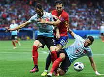 פברגאס מנסה לפלס את דרכו אל הכדור (getty)