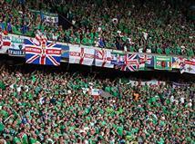 האוהדים של צפון אירלנד בטירוף ביציעים. עד כה הנבחרת שלהם לא רשמה אף איום על אלופת העולם