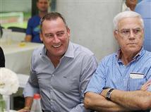 מולנסטיין יביט מהיציע ויבין כמה עבודה מחכה לו במכבי חיפה (צילום: אלן שיבר)