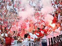 אוהדי פולין כבר חוגגים העפלה לשמינית הגמר. נראה שגם השחקנים מחכים לשריקת הסיום.