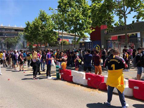 צפו: אוהדי ברצלונה כבר מתאגדים מחוץ לקאמפ נואו