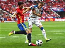 ספרד מניעה את הכדור ללא תכלית של ממש. מזכיר את הנבחרת שזכתה ב-2012.... (Getty)