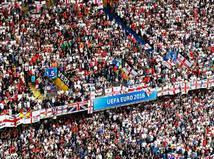 אוהדי אנגליה מנסים לדחוף את הנבחרת שלהם לניצחון מול הבונקר של הדרקונים