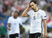 גרמניה אמנם סומנה לפני יורו 2016 כאחת הפייבוריטיות הברורות לזכות, אבל עם יכולת כמו שהציגה הערב (חמישי) בסטאד דה פראנס, יש לה הרבה סיבות לדאגה. אלופת העולם איכזבה בגדול וסיימה ב-0:0 עם פולין, שהייתה קרובה יותר לכבוש. בשורה התחתונה, עם זאת, שתי הנבחרות התקרבו לשמינית הגמר ויש להן 4 נקודות בפסגת בית 3.