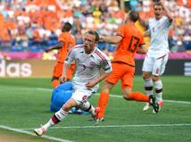 רובן חוטף את הכדור, הוא עובר שחקן אחד, עובר את השני.. רובן בועט........ לעמוד!!!! איזה חוסר מזל!!