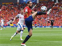 ספרד מתקרבת לכיבוש, אבל נראה שהשחקנים שלה פשוט מחפשים להיכנס עם הכדור אל השער. חסר מחץ בנבחרת דל בוסקה