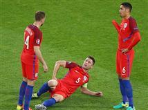 אנגליה סיימה הערב (שני) ב-0:0 מאכזב עם סלובקיה, אבל הצליחה להבטיח את העלייה לשמינית גמר היורו. נבחרת שלושת האריות הציגה כדורגל טוב מאוד, אבל לא הצליח למצוא את הרשת לאורך כל 90 הדקות. מנגד, הסלובקים שבעיקר התגוננו, מחכים לראות אם יצליחו להעפיל מהמקום השלישי.