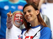 מאז ההופעה בגביע העולם ב-1958, בוויילס מחכים להופעה של הנבחרת בטורניר גדול. מנגד, עבור סלובקיה זו הופעה שניה בטורניר גדול אחרי מונדיאל 2010, שם הודחה בשמינית הגמר ע
