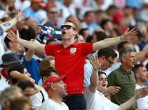 הקהל האנגלי מרוצה ביציע (getty)