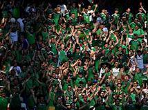 אומנם השחקנים של צפון אירלנד לא הופיעו עדיין למשחק, אבל הקהל הירוק לחלוטין כן. בכל נגיעה בכדור שומעים את הקהל הבריטי שלא מפסיק לעודד את הנבחרת שלו