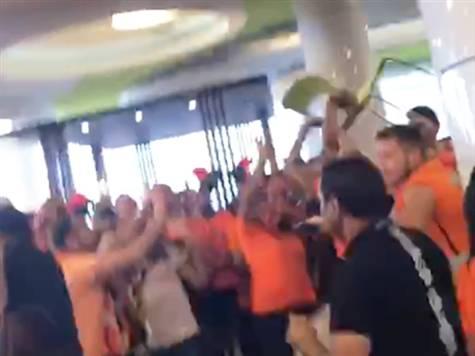 כבר יש לנו התפרעויות של האוהדים. הקהל הכתום התעמת עם אוהדי נתניה בקניון בדרך לסמי עופר, ואף היו כאלה שהשליכו כיסאות. <STRONG>צפו במהומות &gt;&gt;&gt;</STRONG>