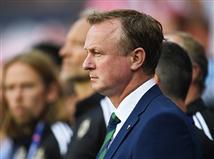 מאמן צפון אירלנד, מייקל אוניל, דרוך על הקווים (gettyimages)