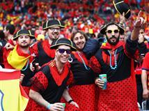 האוהדים הספרדים הגיעו מצויידים בתלבושות ססגוניות (Getty)
